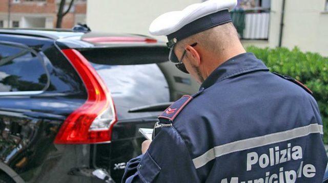multe-vigile-che-fa-una-multa-polizia-municipale-locale